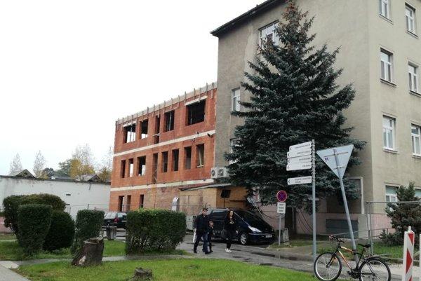 Rozostavaná budova je zatiaľ v takomto štádiu.