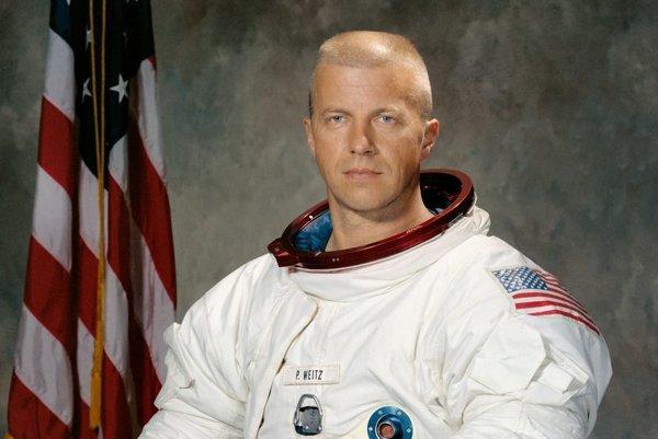 Paul Weitz, ktorý opravoval prvú americkú vesmírnu stanicu Skylab.