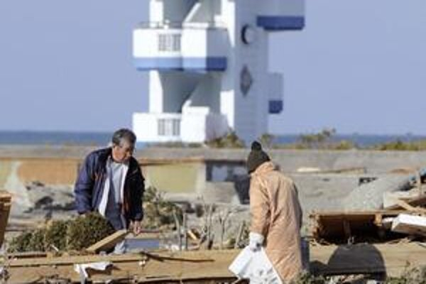 Aj napriek zákazu vlády sa niektorí ľudia vracajú do oblastí blízko  jadrovej elektrárne. Hľadajú svoje veci.