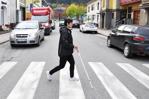V takejto premávke má problém bezpečne prejsť cez cestu nielen nevidiaci, ale aj zdravý človek.