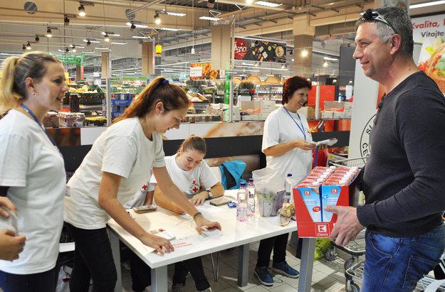 Ján Polčic zKrivej daroval kartón mlieka.