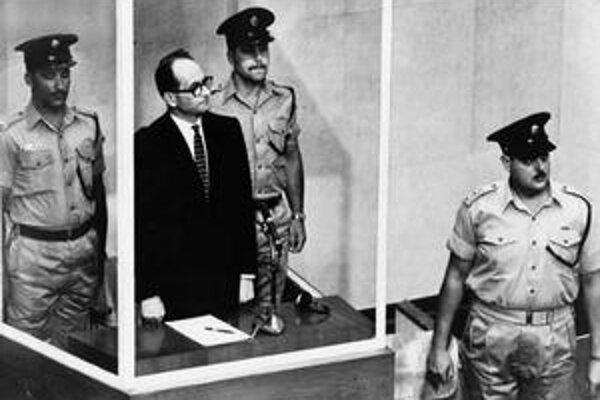 Adolfa Eichmanna (na snímke v tmavom obleku) nakoniec chytili agenti Mossadu v Argentíne, jeho spolupracovníka Otta von Bolschwinga v Spojených štátoch kryla CIA.