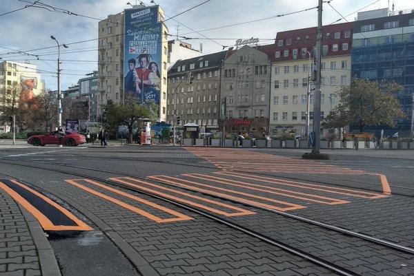 Dočasný priechod pre chodcov na Kamennom námestí.