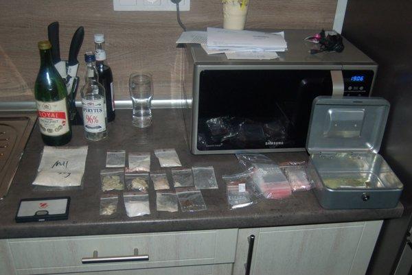 Počas domovej prehliadky našli policajti množstvo drog.