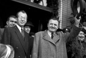 Predseda zboru povereníkov Gustáv Husák s novým československým prezidentom Klementom Gottwaldom na bratislavskej stanici v júli 1948. O dva roky neskôr už stalinský mlyn pomlel aj Husáka.