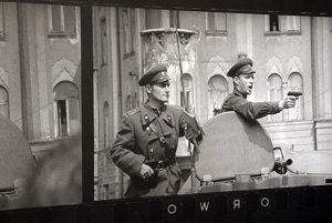 Ikonická fotografia ruských okupantov 21. augusta 1968 v Bratislave. Foto z výstavy Ladislava Bielika v roku 2014.