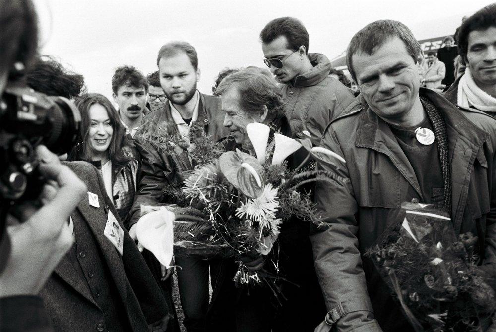 20. december 1989: Václav Havel priletel 20. decembra 1989 do Košíc. Na snímke privítanie na letisku, vpravo je Milan Kňažko. 29. decembra zvolili V. Havla za prezidenta Československa.