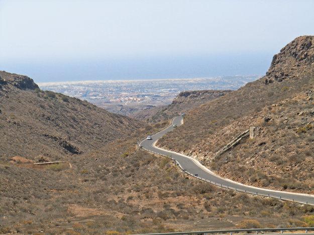 Cesty v centrálnej časti Gran Canarie - vzadu letovisko Maspalomas