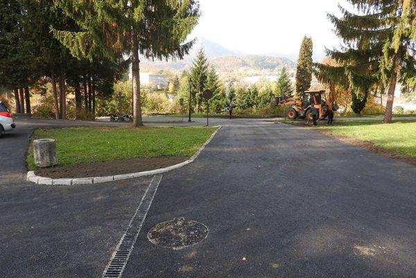 Nové parkovanie plochy pri cintoríne v Handlovej.