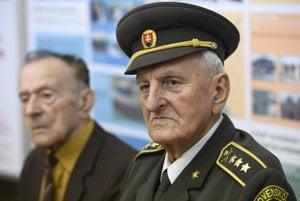 Na snímke účastníci národného boja za oslobodenie zľava 95-ročný Štefan Šteflovič a 90-ročný Pavol Liška, ktorých minister obrany SR Peter Gajdoš vyznamenal striebornou Pamätnou medailou ministra obrany II. stupňa.