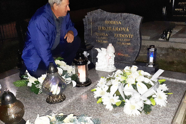 Jozef Hrobár pri hrobe svojej mamy.
