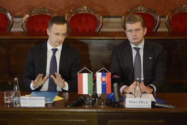 Na snímke vpravo minister hospodárstva SR Peter Žiga, vľavo minister ZVaVEV MR Péter Szijjártó.