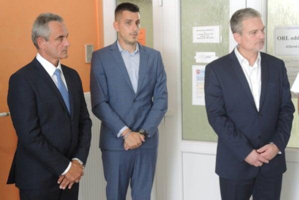 Zľava generálny riaditeľ Fakultnej nemocnice v Trenčíne Marián Juruš, ekonomický riaditeľ Marek Šedík a Stanislav Pastva.