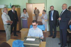 Zrakovo postihnutí sa dokážu naučiť aj písať na stroji.