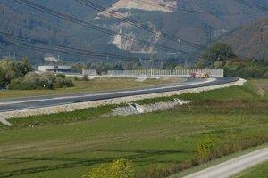 Zjazd z diaľnice je dôvodom dopravného obmedzenia v priestore pri Dubnej Skale.