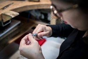 Prvé vyformovanie prsteňa s pomocou špeciálnych klieští.