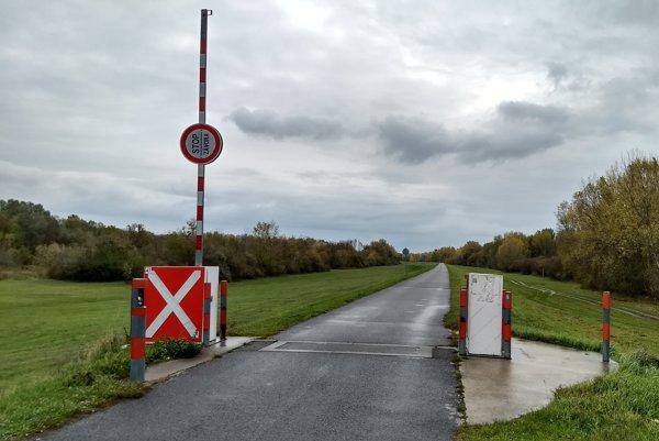 Závory na hrádzi medzi Bratislavou a Hamuliakovom sú zatiaľ otvorené. Do konca týždňa však na ich mieste pribudnú betónové zátarasy.