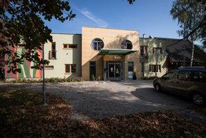 Nitriansky hospic Dom pokoja a zmieru u Bernadetky je jeden z mála hospicov na Slovensku, ktorý s týmto úmyslom aj navrhli. Je zasadený do parku a zvonka pôsobí ako dovolenková destinácia, nie ako miesto, kde sa prichádza umierať.