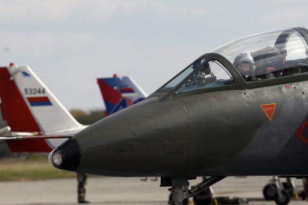 Srbské vojenské výcvikové lietadlo Galeb G-4 je pred letom počas spoločného cvičenia srbských a ruských vzdušných síl s názvom Bratstvo letcov Ruska a Srbska v roku 2016.