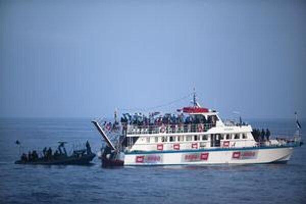 Izraelskí vojaci zadržiavajú jednu z lodí Flotily slobody, ktorá chcela preniesť cez námornú blokádu humanitárnu pomoc do pásma Gazy.