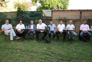 Po prvý krát sa kandidáti na župana stretli ešte v auguste na diskusii v banskobystrickej Záhrade. Kandidatúry sa z nich neskor vzdali Martin Klus, Stanislav Mičev a Ivan Saktor