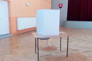 Volebná miestnosť v Dolných Lovčiciach.