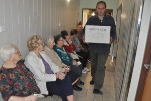 Klienti Zariadenia pre seniorov a domova sociálnych služieb v Dolnom Kubíne netrpezlivo čakali na príchod komisie s prenosnou hlasovacou urnou.