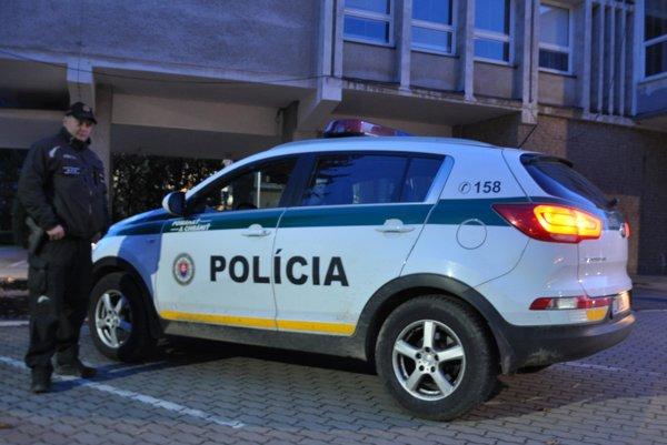Policajti sú pripravení zasiahnuť.