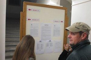 Informácie pre voličov vo vestibule kultúrneho strediska.