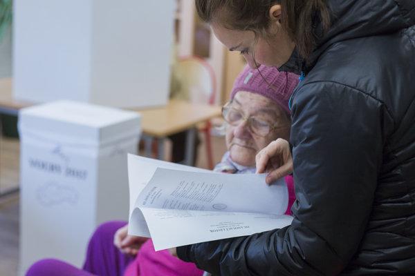 Volička si prezerá obálku s hlasovacími lístkami.