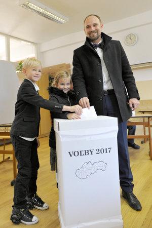 Kandidát na post predsedu Trnavského samosprávneho kraja (TTSK) Jozef Viskupič so svojimi deťmi.