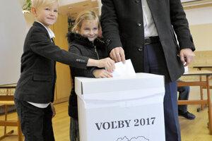 Jozef Viskupič prišiel voliť v sprievode svojich detí.