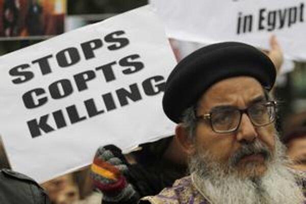 Prestaňte zabíjať koptských kresťanov!  žiadali v januári v Egypte. Ku koptským ortodoxným kresťanom patrí väčšina kresťanov v Severnej Afrike a v blízkovýchodnom regióne.