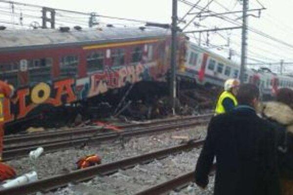 Pri nehode vlaky preťali aj trakčné vedenie. Boli plné ľudí, ktorí dochádzajú v okolí Bruselu za prácou.
