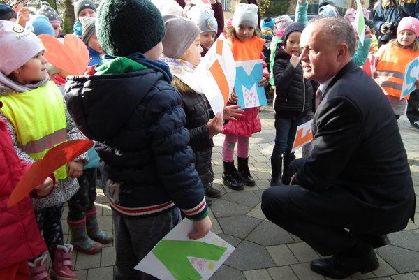 Prezidenta Andreja Kisku vítali aj malí škôlkari.
