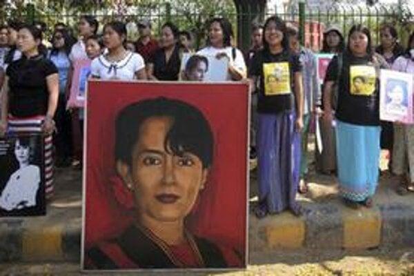 Sympatizanti líderky mjanmarskej opozície ju vo voľbách nebudú môcť podporiť.