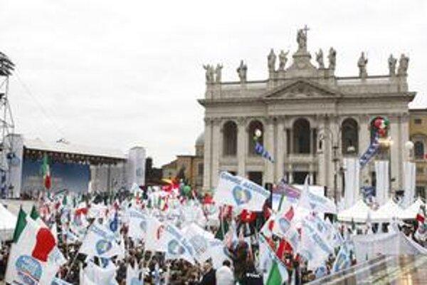 Berlusconiho priaznivci na Námestí sv. Giovanniho.