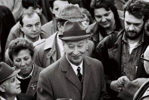 Na archívnej snímke Alexander Dubček medzi Bratislavčanmi na Námestí SNP v Bratislave 25. februára 1990.