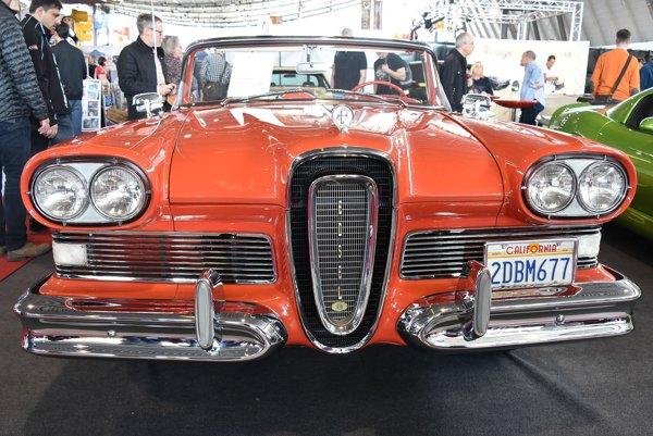 Kabriolet Edsel Pacer modelového roku 1958. Kabriolet Pacer s kontroverzne štylizovanou maskou chladiča je poháňaný 5,9-litrovým vidlicovým osemvalcom výkonu 226 kW.
