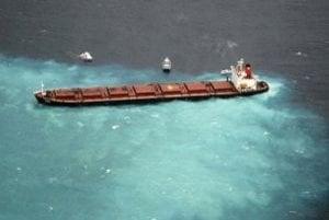 Loď Šen Neng I s 950 tonami motorovej nafty na palube uviezla na plytčine.