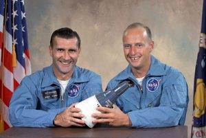 Gordon, vľavo, urobil svoj prvý vesmírny let v septembri 1966 s Petom Conradom na Gemini XI.