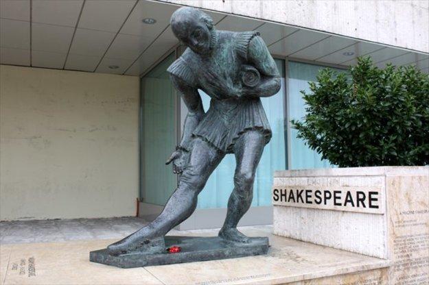 Shakespeare v Budapešti. Za všetko môže aj táto socha Williama Shakespeara v Budapešti.
