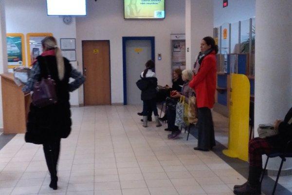 Ľudia teraz nečakajú pred okienkami, ale sedia či postávajú v hale.Večer býva situácia na pošte pokojnejšia.
