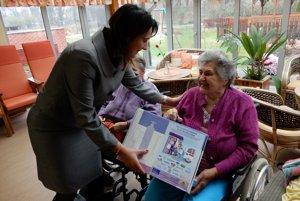 Autorka publikácie a odborná garantka projektu Zuzana Fabianová s tzv. senior boxom pri klientoch v Zariadení sociálnych služieb Slnečný dom v Humennom.