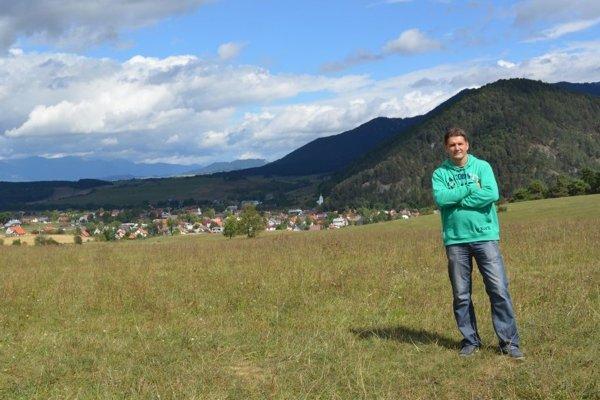 Autor Roman Kulich v autentickom prostredí - nad dedinou Blatnica.