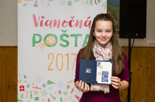 Autorka Vianočnej známky 2017, jedenásťročná Barbora Ďuríková z Komárna, ktorá vytvorila návrh na známku v rámci výtvarného krúžku v ZŠ Rozmarínová v Komárne.