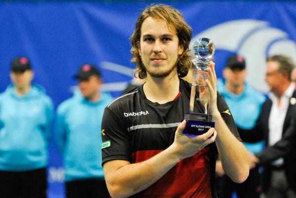 Slovenský tenista Lukáš Lacko s trofejou pre víťaza na turnaji ATP Challenger Tour Peugeot Slovak Open 2017.