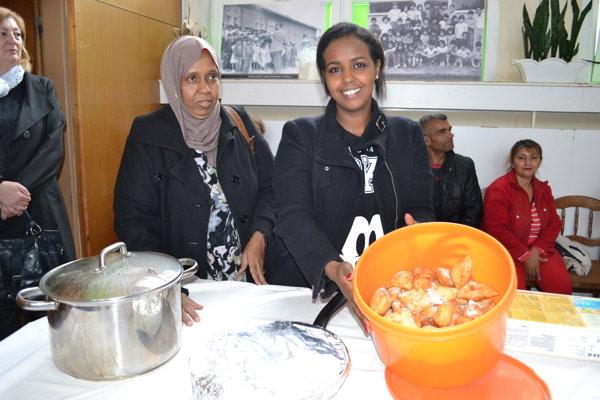 Naima Abdi s mamou. Pripravili dobroty somálskej kuchyne.