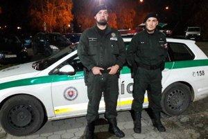Títo policajti sprevádzali budúcich rodičov do nemocnice.