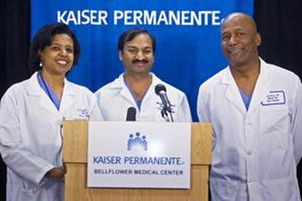 Gynekológ Mandhir Gupta (hore v strede).
